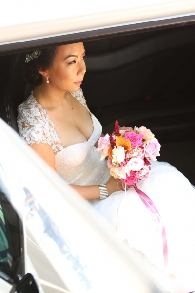 Bride coming out of the car-min